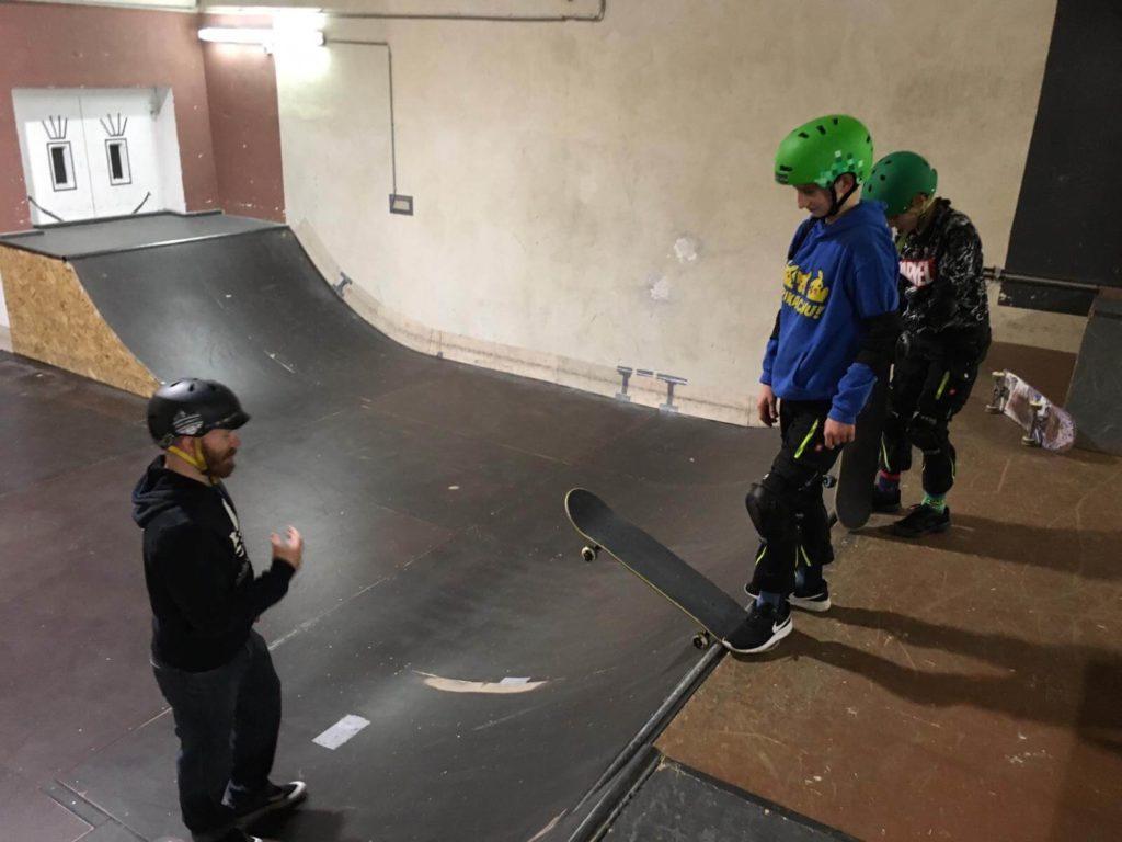 skateboarder mit helm